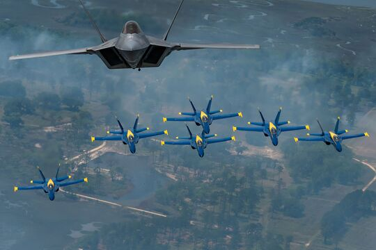 F-22A Raptor der USAF und die Blue Angels der US Navy in Formation.