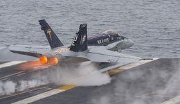 """F/A-18C der VFA-34 """"Blue Blasters"""" startet von der USS """"Carl Vinson""""."""